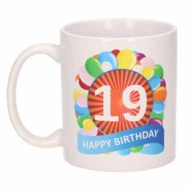 19e verjaardag cadeau beker / mok 300 ml