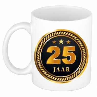 25 jaar cadeau mok / beker medaille goud zwart voor verjaardag/ jubileum