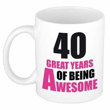 40 great years of being awesome cadeau mok / beker wit en roze