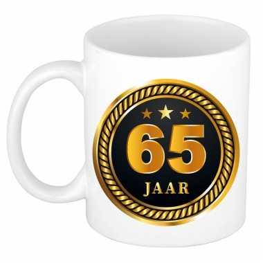 65 jaar cadeau mok / beker medaille goud zwart voor verjaardag/ jubileum