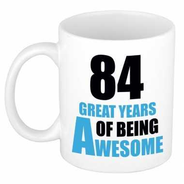 84 great years of being awesome cadeau mok / beker wit en blauw