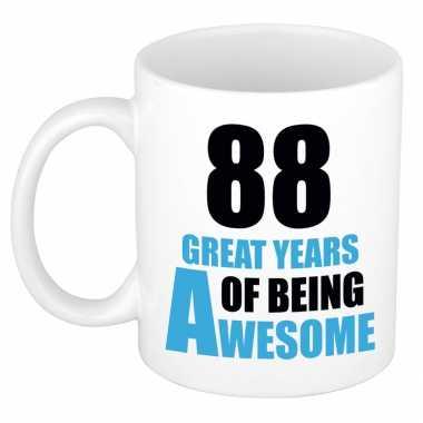 88 great years of being awesome cadeau mok / beker wit en blauw