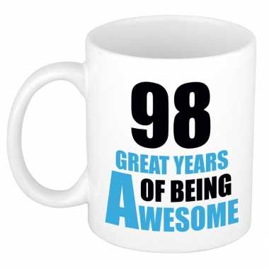 98 great years of being awesome cadeau mok / beker wit en blauw