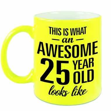 Awesome 25 year cadeau mok / beker neon geel 330 ml