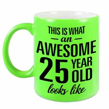 Awesome 25 year cadeau mok / beker neon groen 330 ml
