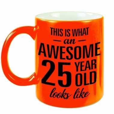 Awesome 25 year cadeau mok / beker neon oranje 330 ml
