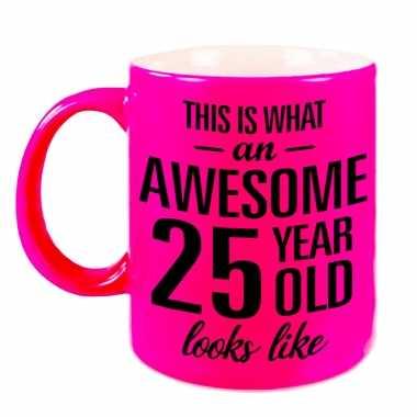 Awesome 25 year cadeau mok / beker neon roze 330 ml