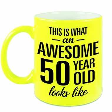 Awesome 50 year cadeau mok / beker neon geel 330 ml
