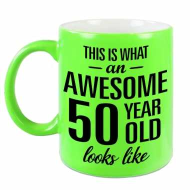 Awesome 50 year cadeau mok / beker neon groen 330 ml