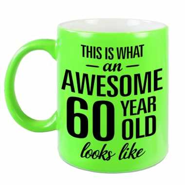 Awesome 60 year cadeau mok / beker neon groen 330 ml