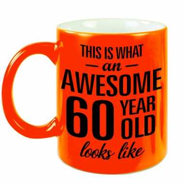 Awesome 60 year cadeau mok / beker neon oranje 330 ml