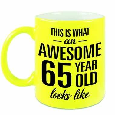 Awesome 65 year cadeau mok / beker neon geel 330 ml
