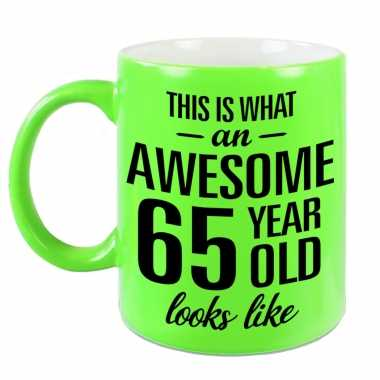 Awesome 65 year cadeau mok / beker neon groen 330 ml