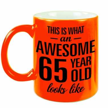 Awesome 65 year cadeau mok / beker neon oranje 330 ml