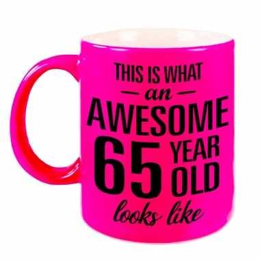 Awesome 65 year cadeau mok / beker neon roze 330 ml