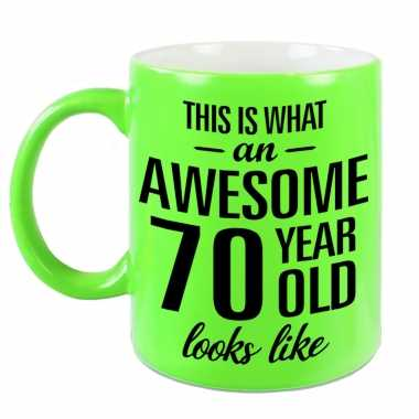 Awesome 70 year cadeau mok / beker neon groen 330 ml