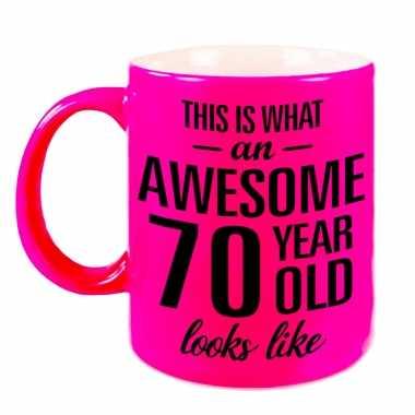 Awesome 70 year cadeau mok / beker neon roze 330 ml