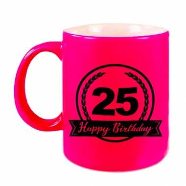 Happy birthday 25 years cadeau mok / beker neon roze met wimpel 330 ml