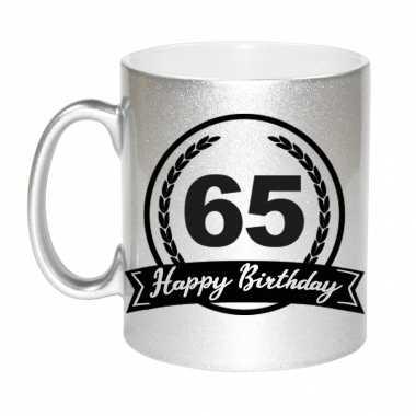 Happy birthday 65 years zilveren cadeau mok / beker met wimpel 330 ml
