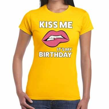 Kiss me it is my birthday t-shirt geel dames