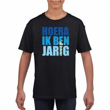 T-shirt zwart voor jongens hoera ik ben jarig blauwe tekst