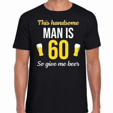 Verjaardag cadeau t-shirt 60 jaar - this handsome man is 60 give beer zwart voor heren