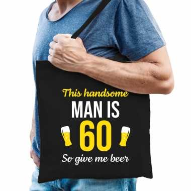 Verjaardag cadeau tas 60 jaar - this handsome man is 60 give beer zwart voor heren