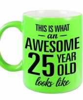 Awesome 25 year cadeau mok beker neon groen 330 ml