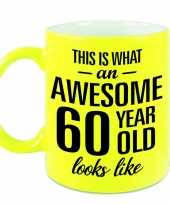 Awesome 60 year cadeau mok beker neon geel 330 ml