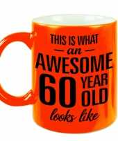 Awesome 60 year cadeau mok beker neon oranje 330 ml