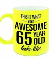Awesome 65 year cadeau mok beker neon geel 330 ml
