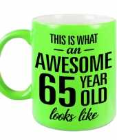 Awesome 65 year cadeau mok beker neon groen 330 ml