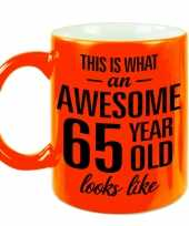 Awesome 65 year cadeau mok beker neon oranje 330 ml