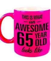 Awesome 65 year cadeau mok beker neon roze 330 ml