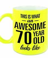 Awesome 70 year cadeau mok beker neon geel 330 ml