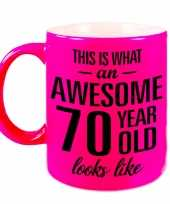 Awesome 70 year cadeau mok beker neon roze 330 ml