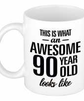 Awesome 90 year cadeau mok beker 300 ml