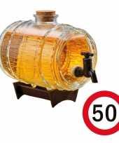 Cadeau 50 jaar man bier dispensers ton op standaard 24 cm met 50 jaar bierviltjes