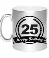 Happy birthday 25 years zilveren cadeau mok beker met wimpel 330 ml