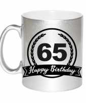 Happy birthday 65 years zilveren cadeau mok beker met wimpel 330 ml
