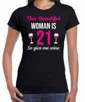 Verjaardag cadeau t-shirt 21 jaar this beautiful woman is 21 give wine zwart voor dames