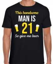 Verjaardag cadeau t-shirt 21 jaar this handsome man is 21 give beer zwart voor heren
