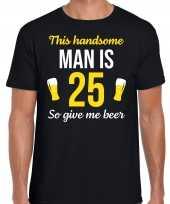 Verjaardag cadeau t-shirt 25 jaar this handsome man is 25 give beer zwart voor heren