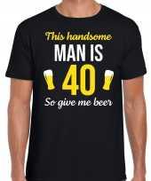 Verjaardag cadeau t-shirt 40 jaar this handsome man is 40 give beer zwart voor heren