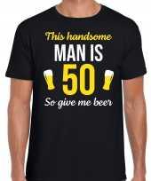 Verjaardag cadeau t-shirt 50 jaar this handsome man is 50 give beer zwart voor heren