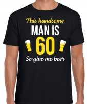 Verjaardag cadeau t-shirt 60 jaar this handsome man is 60 give beer zwart voor heren