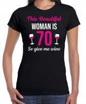 Verjaardag cadeau t-shirt 70 jaar this beautiful woman is 70 give wine zwart voor dames